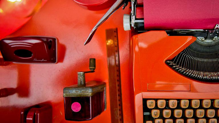 Obra Desvio para o vermelho I: Impregnação, de Cildo Meireles. Acervo de arte contemporânea Inhotim