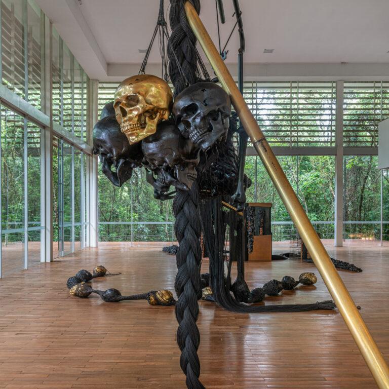 Obra À la Lumière des Deux Mondes, 2005, de Tunga. Acervo de arte contemporânea Inhotim